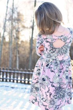 Love the back of the Amelie dress! You can make this yourself 😃 Thanks to easy and inspiring instructions that are included in the pattern. Read more on threadsbycaroline.com