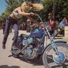 1971 Kickass or badass—whatever you wanna call these tough biker ladies—here's a selection of vintage photos of real-life motorcycle riding women. Anke Eve Goldmann, 1958 Ann-Margret rode a classic Triumph Bessie Stringfield Some Ha Lady Biker, Biker Girl, Chicks On Bikes, Motos Harley Davidson, Cafe Racer Girl, Motorcycle Outfit, Women Motorcycle, Motorcycle Helmets, Enfield Motorcycle