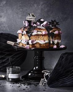 Jättilaskiaispulla laku-vaahtokarkkitäytteellä // Giant Bun with Liquorice & Marshmallows Food & Style Elina Jyväs, Baking Instinct Photo Satu Nyström www.maku.fi
