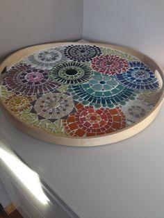 Esta hermosa bandeja de madera con múltiples colores es un centro de atención. Cada círculo tiene un borde último separado, combinado con blanco agregar medios a través del cual los hermosos colores brillantes. Esta bandeja tiene un diámetro de 44 cm