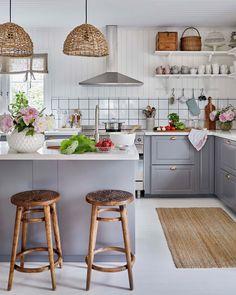 """389 gilla-markeringar, 1 kommentarer - LEVA&BO (@levaobo) på Instagram: """"Sofia och Niclas har gett sitt hem i Borås en make over och flyttat huset, som nyss var klätt i…"""" Interior And Exterior, Interior Design, Nordic Home, White Houses, Countertops, Kitchen Design, Shabby Chic, House Design, Furniture"""