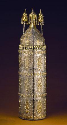 Coffre_et_rouleau_de_Torah_ayant_appartenu_à_Abraham_de_Camondo_chef_de_la_communauté_juive_de_Constantinople_1860_-_Musée_d'Art_et_d'Histoire_du_Judaïsme.jpg (433×800)