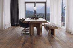 Stijlvolle kamerhoge gordijnen in eetkamer / stoere tafel
