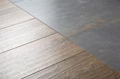 De houtlook tegels lopen fraai door op de vloer en de wand, terwijl het bad wordt verrijkt met mozaïek. Speels, maar niet druk dankzij de prachtige combinatie van mat grijs en hout.