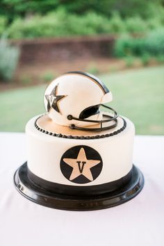What a lovely cake! This is such a great idea for the couples that love their NFL!