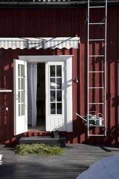 punainen tupa ja valkoinen ovi