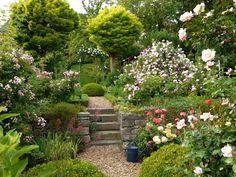 Eine geschmackvolle Gestaltung benötigt nicht viel Fläche. Mit diesen 10 Tipps und Tricks können Sie einen kleinen Garten größer wirken lassen.