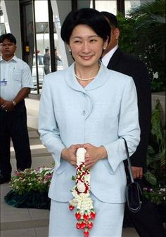 Princess Kiko of Japan arrived at Bangkok Airport on August 2003 Japanese Princess, Past Present Future, Queen Dress, Royal Fashion, World Cultures, Royalty, Emperor, Princesses, Castles