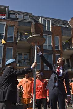 Burgemeester Mans ontsteekt het vredesvuur op 5 mei 2013
