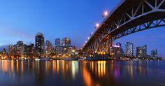 VANCOUVER (CANADÁ): O Canadá está recheado de lindos centros urbanos, mas talvez Vancouver seja o mais belo deles. Cercada por uma imponente paisagem montanhosa, a cidade possui marcos imperdíveis como o Stanley Park e o Chinatown Night Market