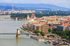 Budapest, visione panoramica dell'Isola e della città. Perla d'oriente, Budapest è la culla di grandi tesori artistici. Caratterizzata da ampi viali e romantici parchi, la capitale d'Ungheria può vantare la meravigliosa Isola di Margherita, un polmone verde lungo due chilometri in mezzo al Danubio.
