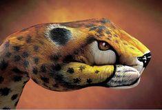 Body art sur les mains!  'artiste italien Guido Daniele développe son art du Body painting de manière originale. Il est le peintre immensément doué derrière ces images d'animaux méticuleusement peints sur la main humaine. Chaque visuel prend environ 4 heures de travail de réalisation !