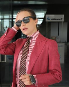Modern Suits, Women Ties, Business Look, Beautiful Girl Photo, Business Dresses, Suit And Tie, Dandy, Girl Photos, Girls Dresses