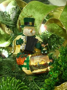 Decorations for the Irish Christmas tree Christmas In Ireland, Celtic Christmas, Green Christmas, Christmas Colors, Christmas Holidays, Merry Christmas, Irish Christmas Traditions, Christmas Tree Themes, A Christmas Story