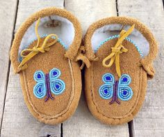 Native Gift Shop Baby Moccasins Lined with Beaded Blue Butterflies Native Beading Patterns, Beadwork Designs, Beaded Jewelry Patterns, Bead Patterns, Bracelet Patterns, Beaded Moccasins, Baby Moccasins, Leather Moccasins, Native American Moccasins