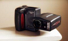 Poucas câmeras digitais foram tão festejadas quando de seu lançamento quanto a Nikon Coolpix 990. Seu design diferenciado era típico dos modelos Coolpixlançados entre 1998 e 2001 apresentando o gr…
