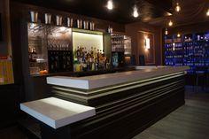 Comptoir de bar et arriere bar en Krion noir et blanc, et light | my ...