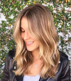 Shiny Golden Bronde Balayage Hair The balayage hair looks stunning with touches of golden bronde on the smooth waves. Wear wavy for special occasions or straight for another style – this balayage will always make you look your best. Brown Hair Balayage, Brown Blonde Hair, Hair Color Balayage, Balayage Hairstyle, Short Balayage, Balayage Brunette, Blonde Honey, Sunkissed Hair Brunette, Blonde Balayage Honey