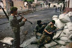 Música y Armas en una barricada Sandinista por las calles de Matagalpa durante la Revolución de 1979.