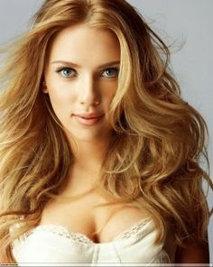 Golden blonde highlights can be done on any hair. Regardless of hair color, these 19 highlights ideas are a fresh & nice change to the boring hairstyles. Scarlett Johansson, Strawberry Blonde Highlights, Dark Strawberry Blonde, Hair Color 2018, Low Lights Hair, Golden Blonde Hair, Hollywood Stars, Pretty Hairstyles, Neue Trends