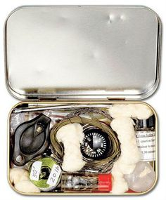 The Pocket Kit Survival fitting inside an altoids tin is easy to keep on hand at all times. Add a survival blanket to your pocket and you'll be covered. Zelt Camping, Camping Diy, Camping Survival, Outdoor Survival, Survival Prepping, Emergency Preparedness, Survival Gear, Survival Skills, Camping Hacks