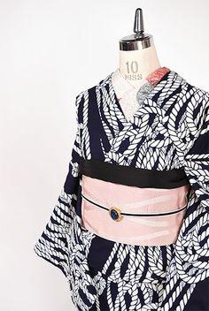 濃紺にきりりと映える白一色で染め出された、縄が作り出すモダンでアートな縞文様が粋な注染レトロ浴衣です。