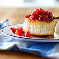 Grilled strawberry shortcake - Chatelaine Can't wait for summer to arrive. This grilled shortcake is unbelievably simple but unbelieveably good. Strawberry Recipes For Summer, Strawberry Desserts, Chatelaine Recipes, Valeur Nutritive, Baked Strawberries, Strawberry Shortcake, Yummy Cakes, Cupcake Cakes, Cupcakes