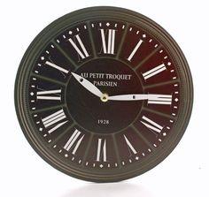 Zegar wiszący w kolorze czarnym - tarza wykonana z mdf. Wskazówki zegara metalowe w kolorze białym. Piękny zegar, który będzie pasował na jasną lub białą ścianę. Mechanizm zegara działa na baterię paluszek typ AA.