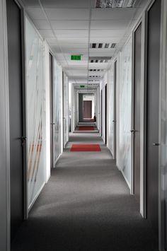 Hallway architectured by Cléram Office Design.   #style #design #bureau #architecture #aménagement #workspace #coolworking #interior #deco #Cléram #art #office #idea #office #hallway #corridor #glass #moquette #couloir #Accor