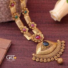 Here are some of the prettiest gold antique long necklace designs by two of the popular jewellery brands namely MLG Gold and GRT Jewellers. Gold Jewellery Design, Gold Jewelry, Handmade Jewellery, Jewelery, Indian Gold Jewellery, Indian Gold Necklace Designs, Pearl Necklace Designs, Antique Jewellery Designs, Gold Earrings Designs