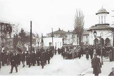 """Procesiune religioasa surprinsa in fata bisericii Sf.Elefterie Vechi din Cotroceni in anul 1932. Pentru cunoscatorii locului, constructia alba din stanga bisericii (aflata pe locul de """"joaca"""" al actualei gradinite) nu mai exista in zilele noastre.   Autorul pozei necunoscut pina la momentul publi Bucharest, Old City, Cartier, Costume, Memories, Outdoor, Memoirs, Outdoors, Souvenirs"""