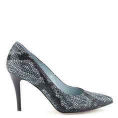 Magas sarkú hegyes orrú női alkalmi cipő 9 cm magas sarokkal, pitonos hatású bőr felsőrésszel és bőr béléssel. Márka: Anis Szín: Piton Modellszám: 4334 ETNIK NIEBES