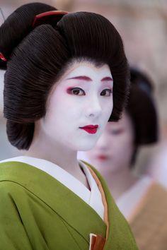 Oiran & Geisha — The geiko Ichimomo. And oh my gosh her. Yukata, Japanese Kimono, Japanese Girl, Japanese Beauty, Asian Beauty, Memoirs Of A Geisha, Turning Japanese, Art Japonais, Japan Photo