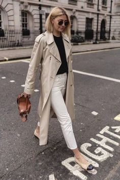 Trench coats outfits for spring - Women Trench Coats - Ideas of Women Trench Coats - Spring outfit. Classic trench coat over white jeans and black sweater Outfit Jeans, Jacket Outfit, Trench Coat Outfit, Sweater Outfits, Casual Winter Outfits, Spring Work Outfits, Classic Outfits, Workwear Fashion, Work Fashion