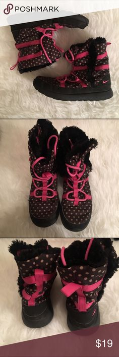 🎀NIKE ROSHE ONE boot w5 y3 pink polkadot🎀 worn only once in the snow; perfect condition. super comfy. slip in/lace up. polka dot pattern. women's 5 (i'm a 6 and these fit fine) or girls 3. Nike Shoes Athletic Shoes