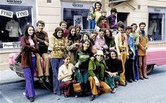 Osama bin Laden quando era criança com sua família na Suécia durante os anos 1970. Ele é o segundo da direita, com uma camisa verde e calça azu