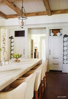 Open #kitchen with rustic beams. #design