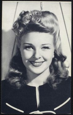 Vintage Hairstyles Curls hair *inspiration* Evelyn Ankers, British actress born in Chile. Married to actor Richard Denning. Evelyn Ankers, Pelo Retro, 1940s Hairstyles, Wedding Hairstyles, Wave Hairstyles, Simple Hairstyles, Estilo Pin Up, Peinados Pin Up, Look Retro