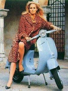 Muchas grandes estrellas como Jayne Mansfield posaron para la motocicleta italiana Vespa.
