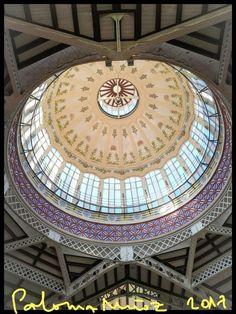 Cúpula del Mercado Central de Valencia,  que combina el metal, las cúpulas, el vidrio y las columnas, al recuerdo gótico del modernismo, como si de una catedral del comercio se tratara. Valencia Central Market Dome that combines metal, glass, columns like a Gothic cathedral