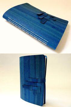 caderno pequeno, com capa e fecho em recouro flexível e encadernação artesanal, no Canteiro de Alfaces