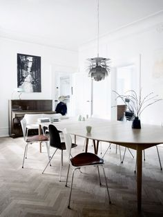 Dining and a piano. Image via Bolig Magasinet.