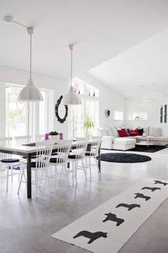Svart, vitt och öppen planlösning. Högt i tak och inrett med klassiker som Lilla Åland. Dining Area, Dining Table, Open Concept, Beach House, New Homes, Villa, House Design, Flooring, Black And White