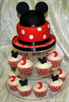 Disney cupcakes and top tier Disney Cupcakes, Cute Cupcakes, Themed Cupcakes, Baking Cupcakes, Cupcake Cakes, Cupcake Ideas, Mickey Mouse Bday, Tasty Pastry, Mickey Cakes