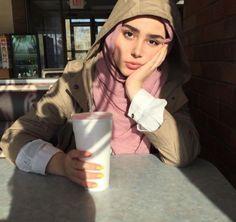 #wattpad #non-fiction Salut, si tu ne trouve pas de photos pour ta chronique ou comme photos de profil viens par ici et j'espère que tu trouvera ton bonheur dans mon book photos . si tu veux un thèmes en particulier n'hésite pas à demander en privé ou en commentaire . Maintenant je t'invite à rentrer dans l'univers de... Casual Hijab Outfit, Hijab Chic, Hijabi Girl, Girl Hijab, Modesty Fashion, Muslim Fashion, Muslim Girls, Muslim Women, Hijab Makeup