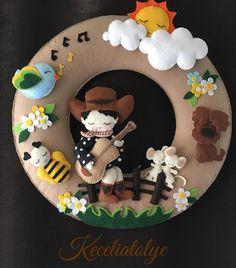 "541 curtidas, 30 comentários - Keçeli Atölye (@keceliatolye) no Instagram: ""Ooo çekilin yoldan vahşi batıdan geliyorlar♣️#MadeinSelmaİLKBAHAR…"" Xmas Crafts, Felt Crafts, Diy And Crafts, Crafts For Kids, Felt Wreath, Felt Garland, Baby Door Wreaths, Felt Name Banner, Felt Templates"