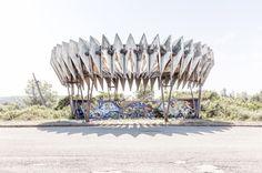 """Jetzt aber zackig: Dieses Haltehäuschen fand Christopher Herwig für sein Fotobuch """"Soviet Bus Stops"""" in Pitsunda, einem Kurort an der Schwarzmeerküste von Abchasien."""