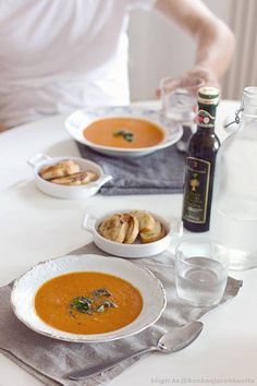 Wonderful tomato soup (recipe in Finnish). Vegan Vegetarian, Vegetarian Recipes, Tomato Soup Recipes, Nom Nom, Dinner Recipes, Food And Drink, Yummy Food, Eat, Cooking