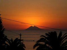 Da tropea tramonto dietro lo stromboli