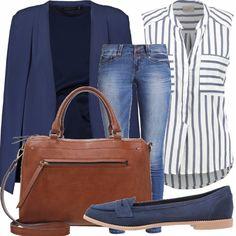 Un look adatto per andare a lavoro ma perfetto anche per una passeggiata dopo il lavoro. Outfit composto da jeans e camicia senza maniche a righe, una particolarissima giacca, scarpe basse senza lacci e una borsa a mano.